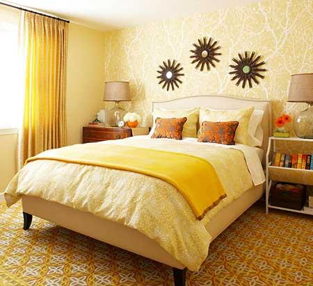 Amarelo claro nas paredes e roupas de cama do quarto