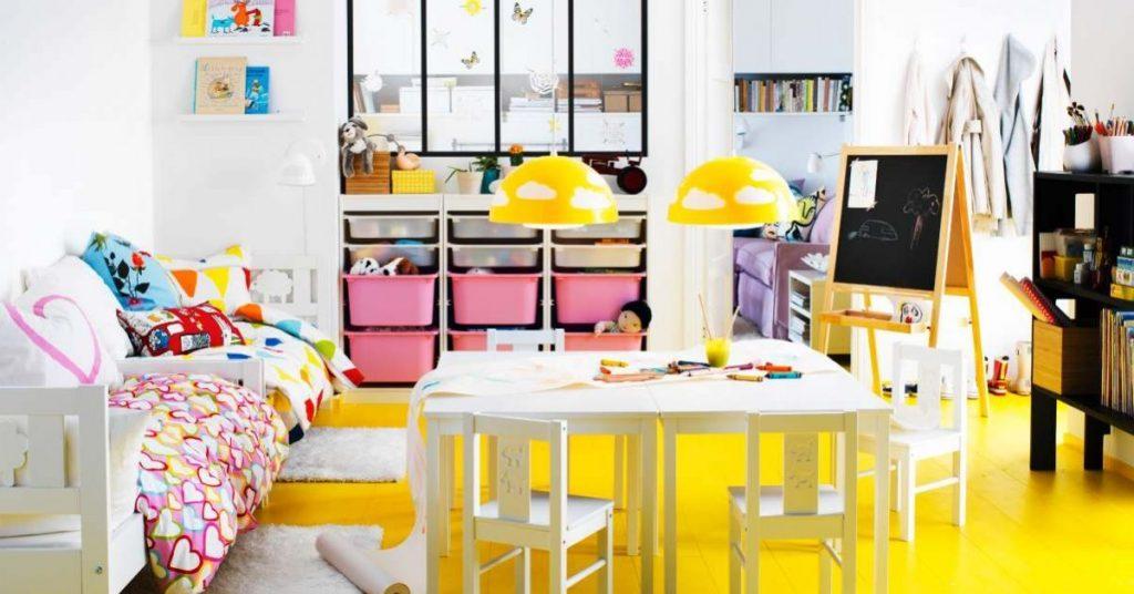 Amarelo em piso e rosa nos detalhes dentro do quarto