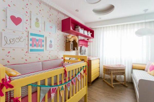 Amarelo no berço e rosa nas estantes no quarto