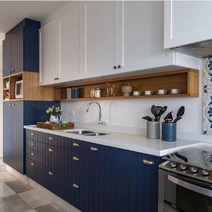Armarios da cozinha de bixo em azul petroleo