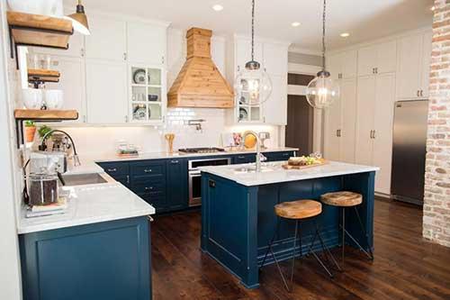 Azul petroleo com bancos de madeira clara na cozinha