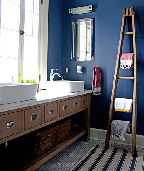 Azul petroleo com detalhes em madeira no banheiro