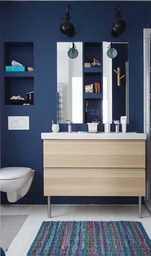 Azul petroleo combinando com cores mais fracas no banheiro