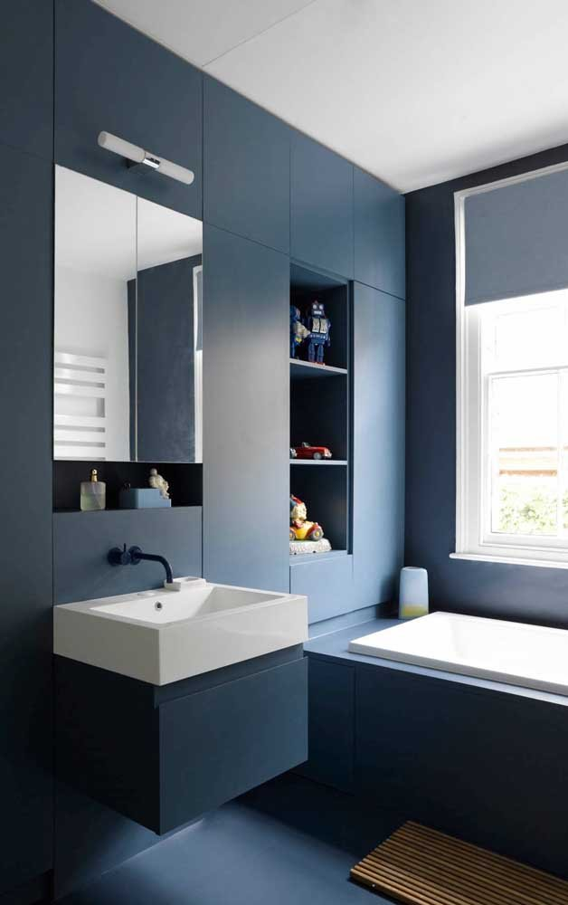 Azul petroleo escuro no banheiro