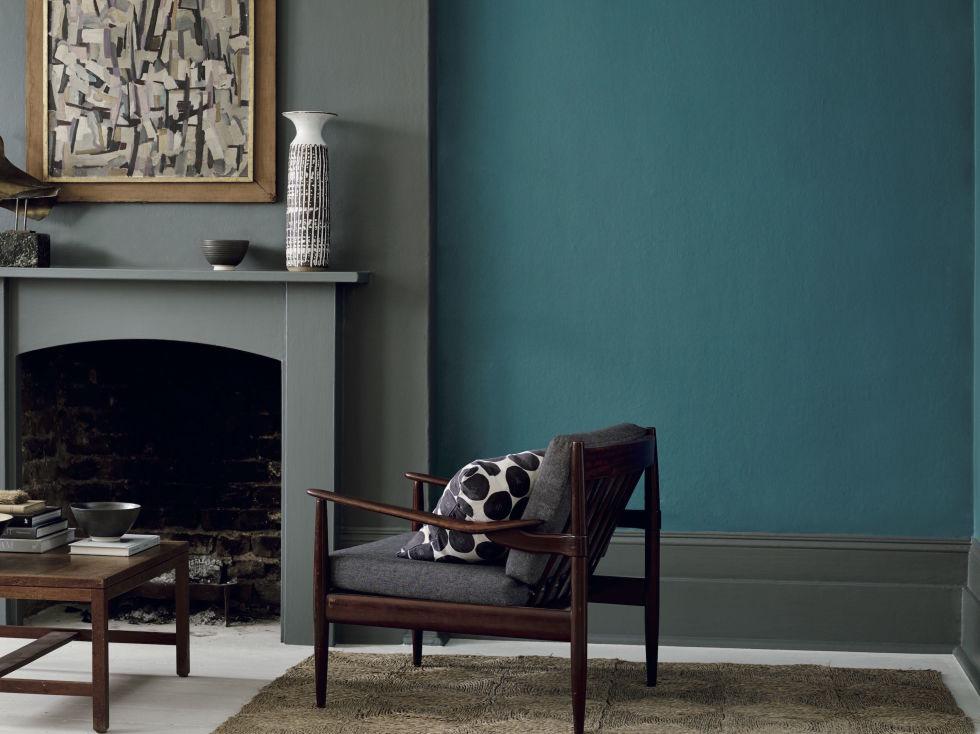 Azul petroleo na parede do fundo da sala de estar