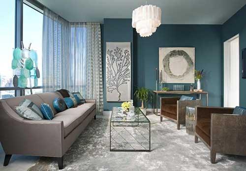 Azul petrolizado nas paredes da casa com branco