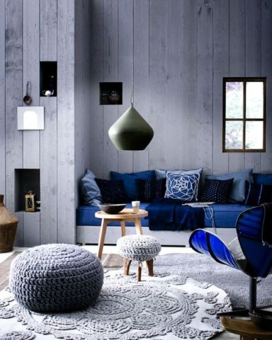 Azul ptroleo e outras tonalidades na sala