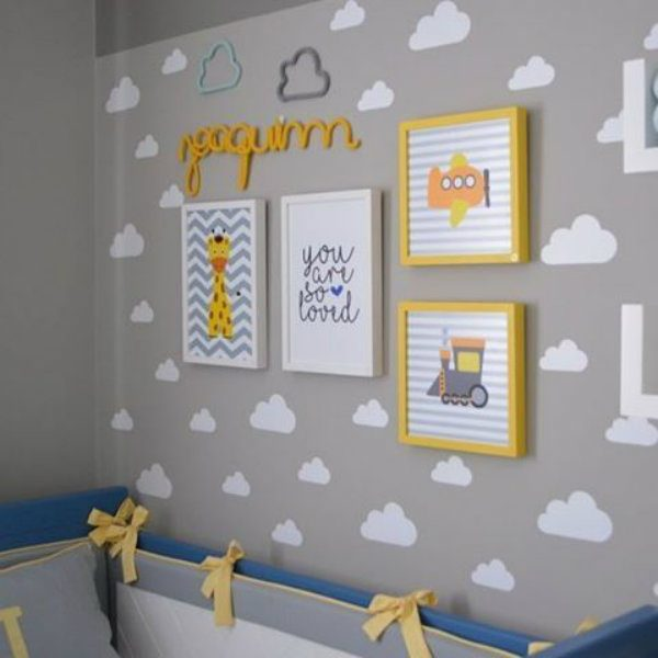 Bosrda de quadros amarelos e parede cinza no quarto