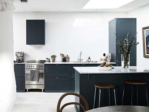 Cozinha azul petroleo com branco