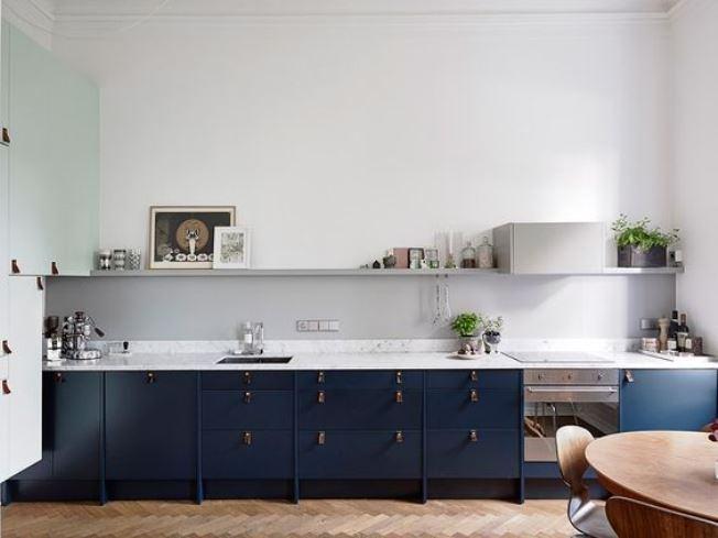 Cozinha azul petroleo com detalhes em madeira