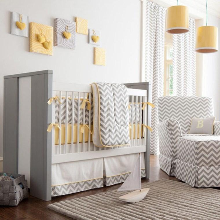Decoração amarela na parede cinza dentro do quarto