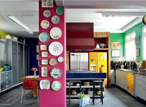 Decoração da cozinha usando a cor fucsia a outras cores
