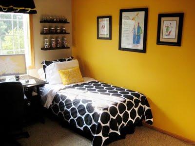 Detalhes em branco e amarelo forte na aprede no quarto