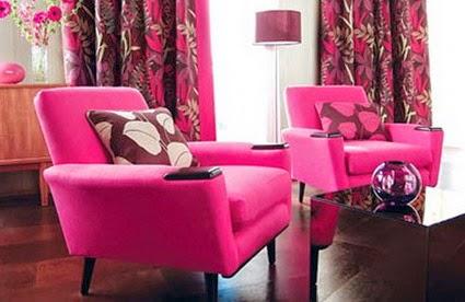 Dua poltronas e cortinas usando a cor fucsia na sua sala