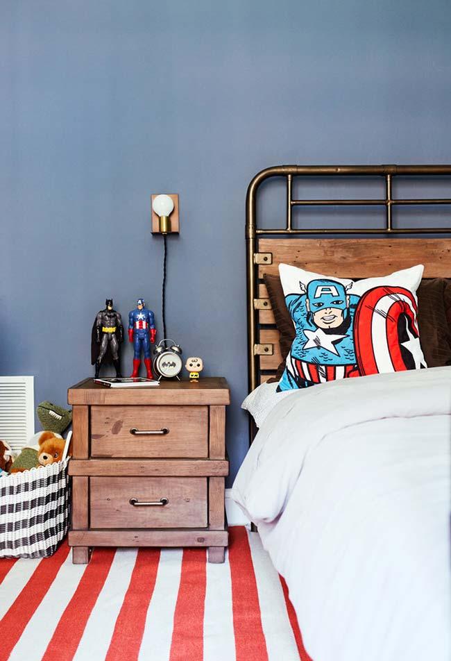 Listras brancas no quarto com parede azul