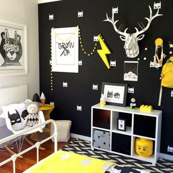 Pequenos detalhes em amarelo e parede preta