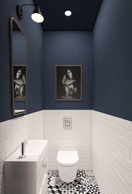 Petroleo azuldao na parte superior do banheiro