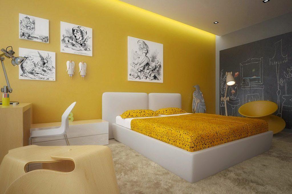 Quarto amarelo de casal com quadros brancos tematicos na parede de trás