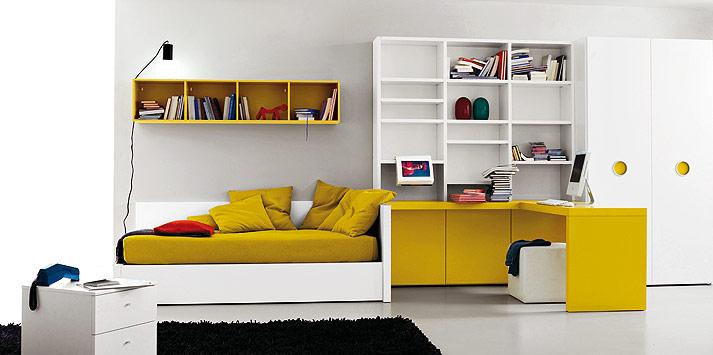 Quarto amarelo de solteiro nos móveis