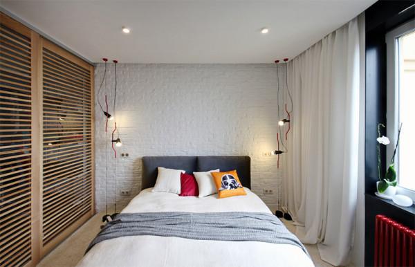Quarto barnco com portas em marrom e iluminação lateral