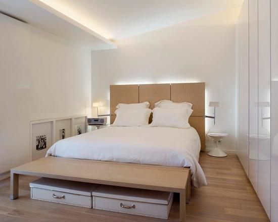 Quarto branco com marrom na cama e no piso