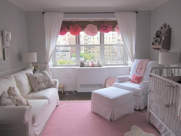 Quarto branco com tapete rosa em todo o piso