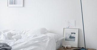 Quarto branco com tonaliade gelo na parede