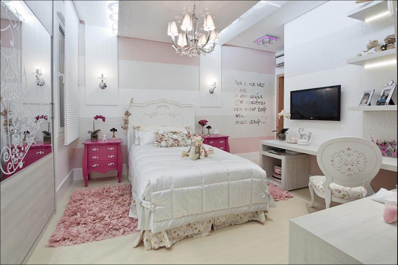 Quarto branco com um pequeno tapete rosa transversal