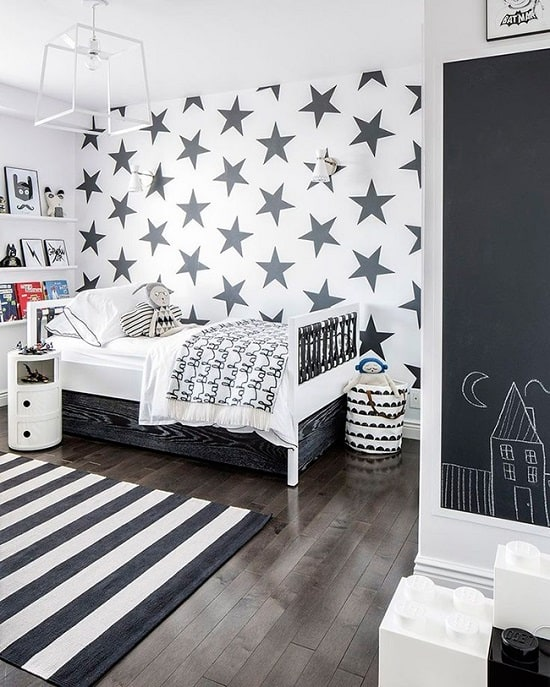 Quarto branco de solteiro com papel de parede de estrelas