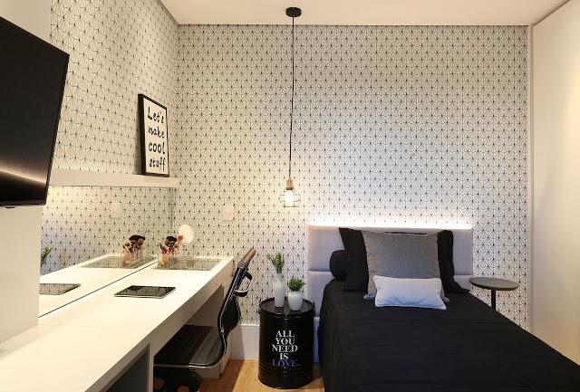 Quarto branco para solteiro com papel de parede de bolinhas