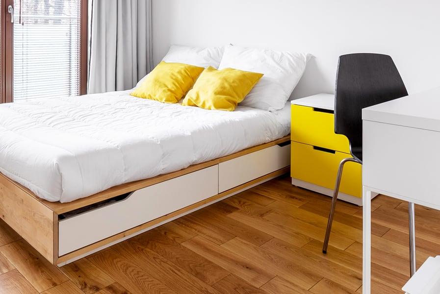 Quarto com detalhes em amarelo e cadeira preta