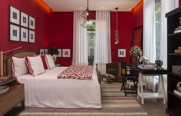 Quarto com lençois e cortinas brancas e paredes vermelho forte