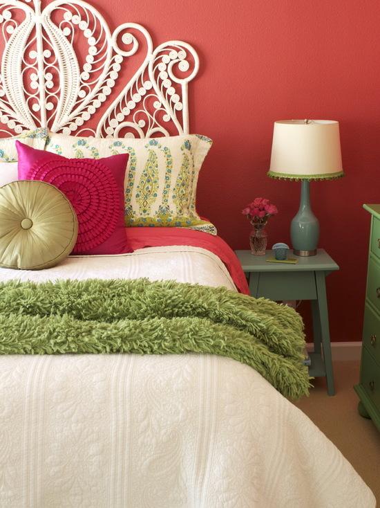 Quarto com leve decoração branca e parede de trás vermelha