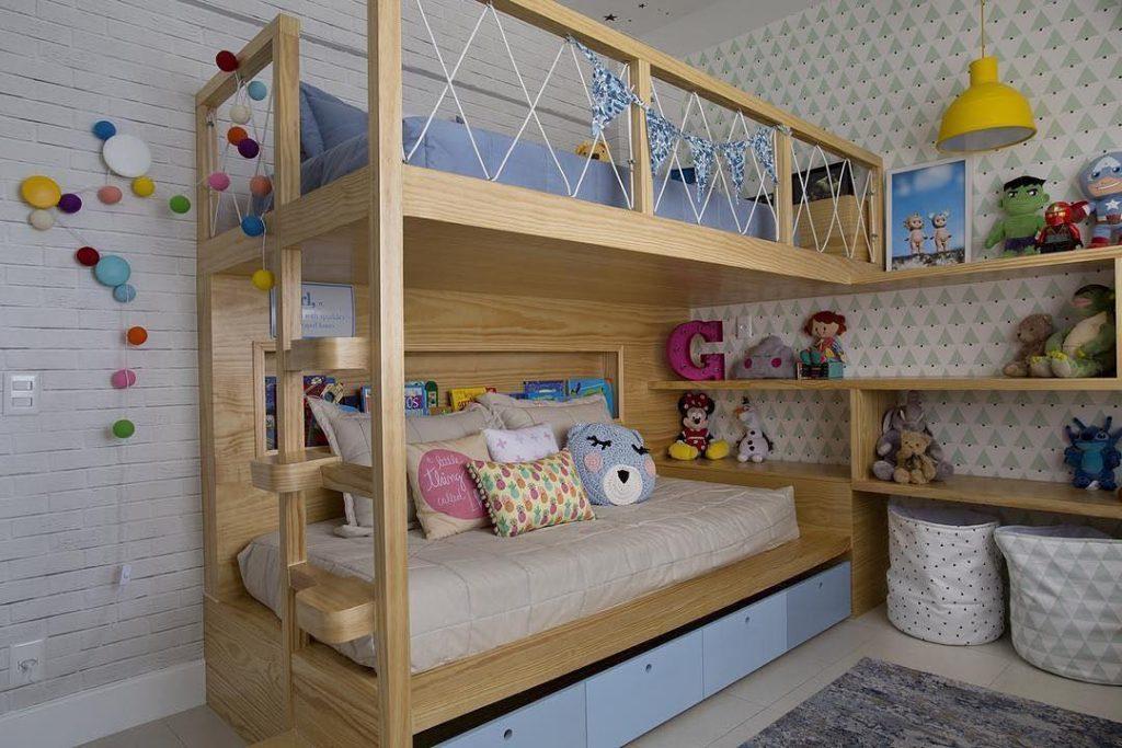 Quarto com paredes barncas e cama em marrom madeira claro