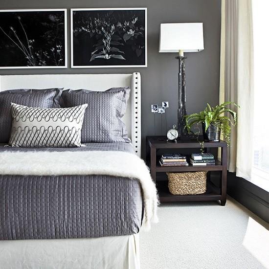 Quarto com piso branco e roupa de cama cinza