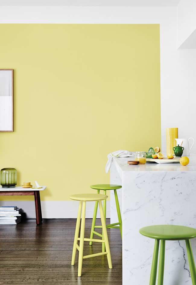 Quarto decorado com amarelo fraco na parede