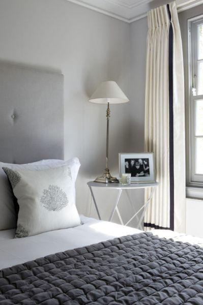 Quarto em branco com cama m cinza para combinar