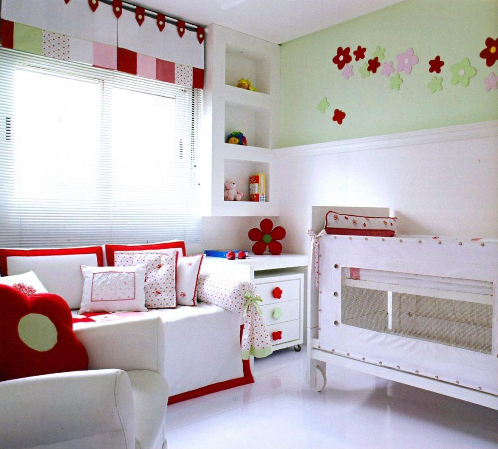 Quarto parte branco e com detalhes em vermelho