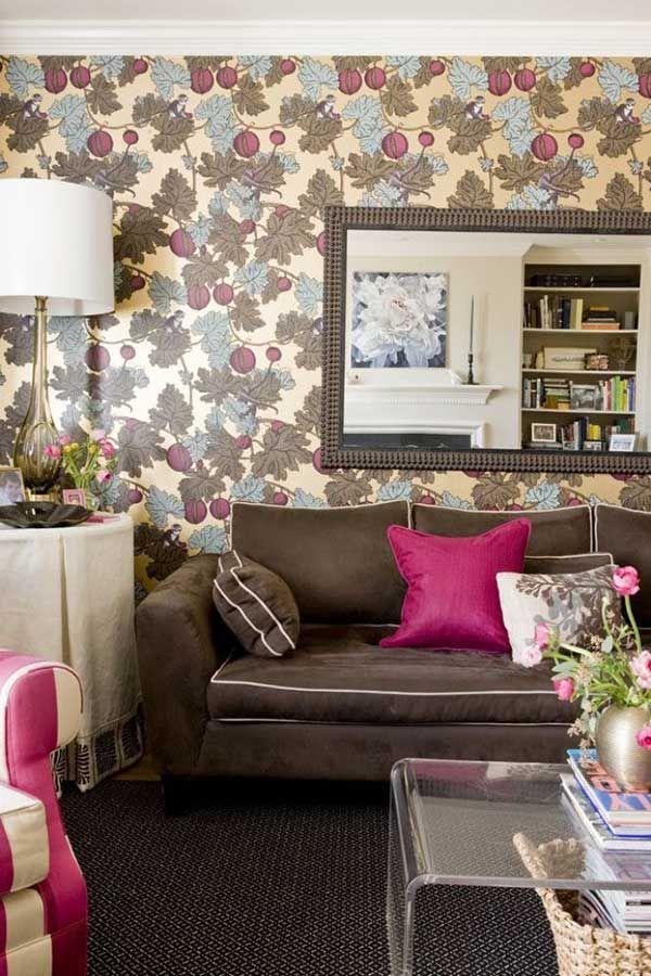 Sala de estar com uma almofada na cor fucsia