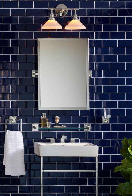 Tijolos pintados em azul tonalidade petroleo no banheiro