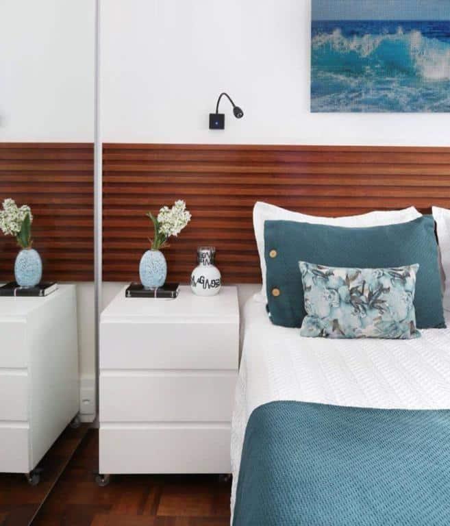 Usando azul petroleo na roupa de cama para decorar