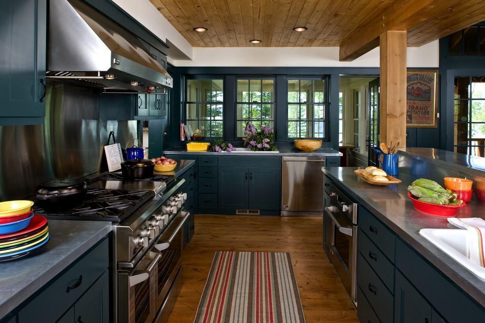 cor azul petroleo na cozinha com chão de madeira