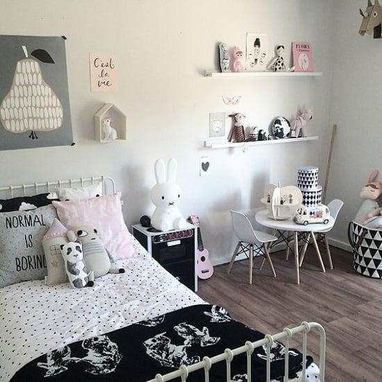 quarto branco e cinza com prateleiras e pelucias