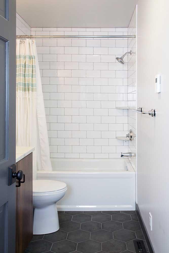 Ceramico no banheoro na parte da banheira