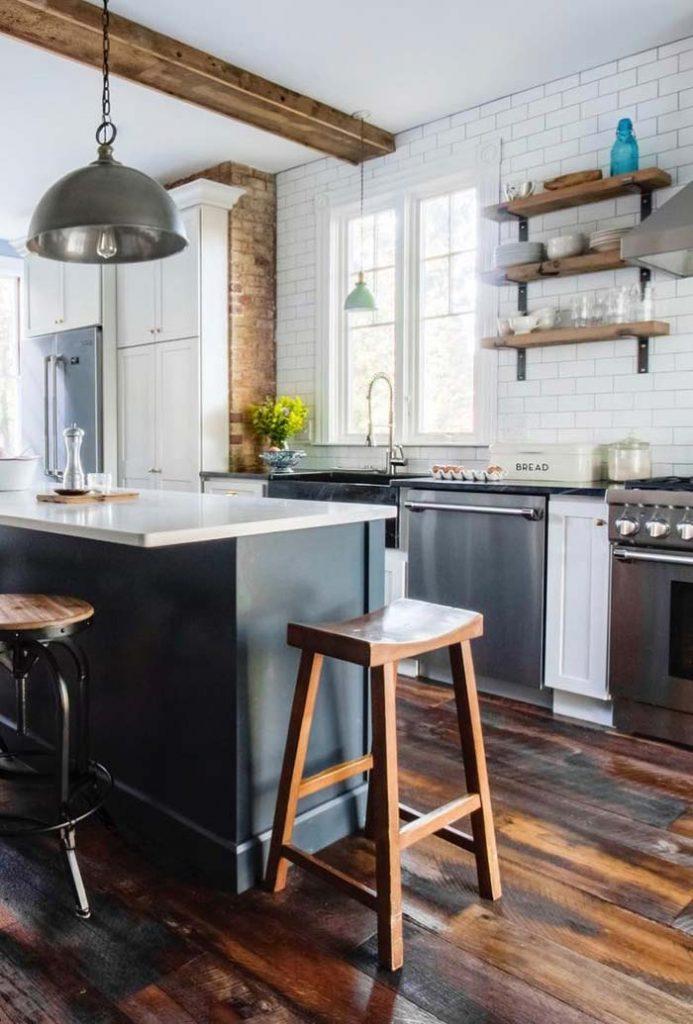Cozinha com chão e parede rustica e a parede em branco