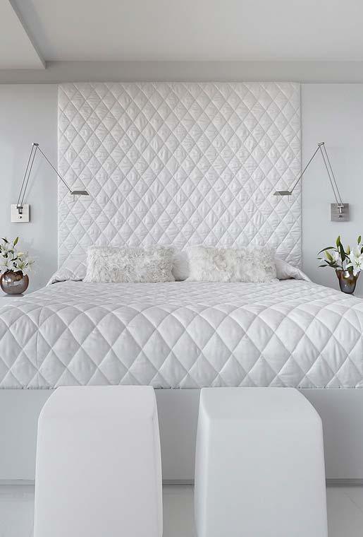 Decoração no estilo moderno na cor branca na parede