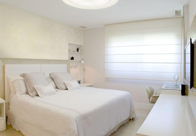 Decoração simples na parede branca do quarto