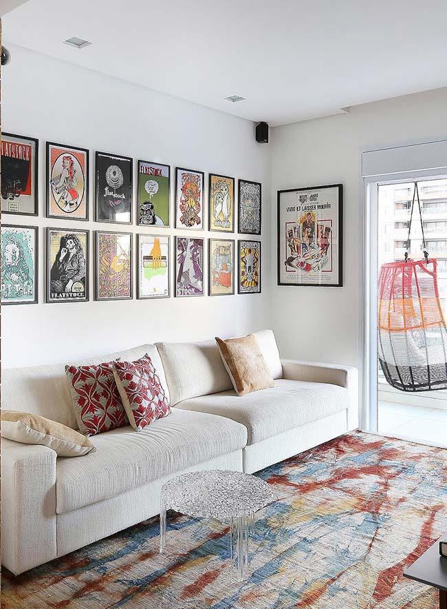 Diversidade grande de quadros colocados em uma parede branca