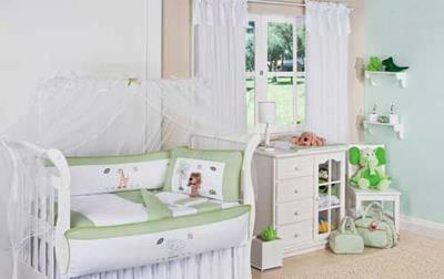 Parede branca com janela e cortinas em um lindo quarto de bebe