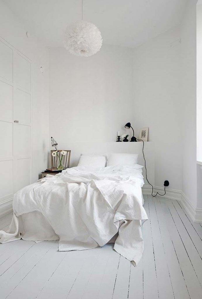 Parede e piso brancos em um quarto lindo e simples